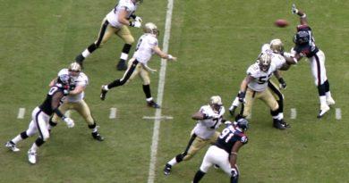 Drew_Brees_pass_vs_Texans,_2007