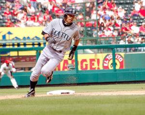 Ichiro runs to homeplate